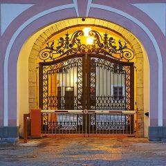 Bild: Eingang zum Parlamentsgebäude.