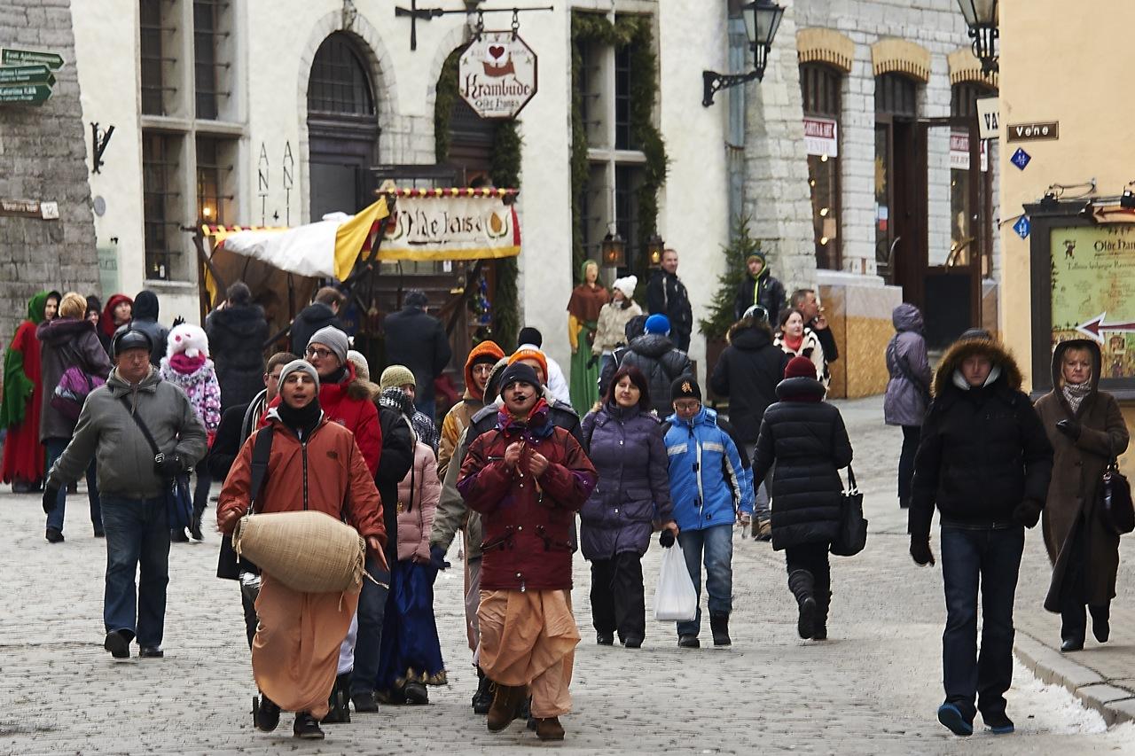 Bild: Hare Krishna Jünger ziehen trommelnd und singend durch die Altstadt von Tallinn.