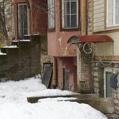 Bild: Mitten in der Neustadt von Tallinn gibt es auch Verfall.