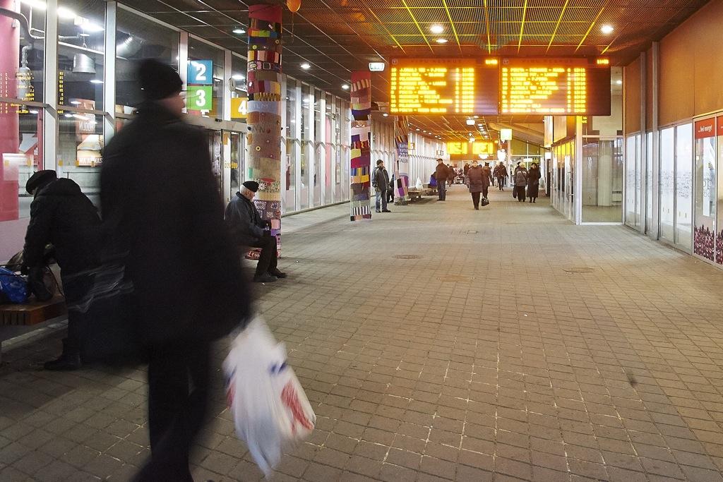 Bild: Im unterirdischen Busbahnhof von Tallinn unter dem Viru Keskus.