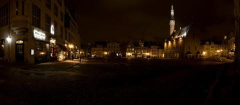Bild: Der Rauthausplatz - Raekoja Plats - in Tallinn als Panoramafoto. NIKON D300s mit CARL ZEISS Distagon T* 3.5/18 ZF.2. Klicken Sie auf das Foto, um es zu vergrößern.