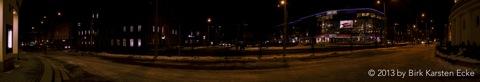 Das SOLARIS CENTER in Tallinn als Panorama bei Nacht mit NIKON D300s und CARL ZEISS Distagon T* 3.5/18 ZF.2. Klicken Sie auf das Bild, um es zu vergrößern (JPEG - 6.3 MByte).