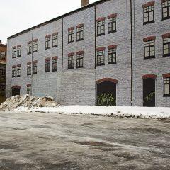 Die Esten gehen mit dem Verfall eher locker um. Überklebte Fassade im Rotermanni Kvartal in Tallinn.