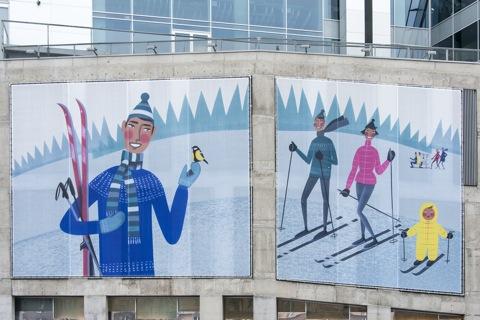 Bild: Winter in Estland. Poster an einem Hochhaus in der Neustadt in Tallinn.