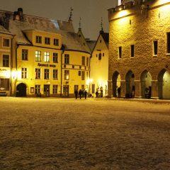 Bild: An einem späten Samstagabend im Winter unterwegs in der historischen Unterstadt von Tallinn.