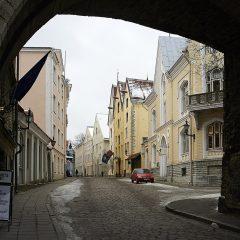 """Bild: Blick durch das Stadttor an der """"Dicken Margarethe"""" in Tallinn auf die """"Drei Schwestern""""."""