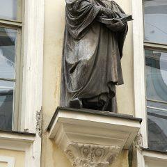 Bild: Ein wenig streng schaut der Reformator Dr. Martin Luther auf die Spaziergänger.