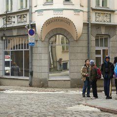 Bild: Auch in Tallinn gibt es Jugendstilhäuser. Selbstbildnis im verspiegelten Schaufenster.