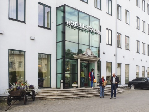 """Bild: Fassade des Hotel """"Vana Viru"""" in der Altstadt von Tallinn. Copyright (c) 2012 by Brigitte Ecke."""