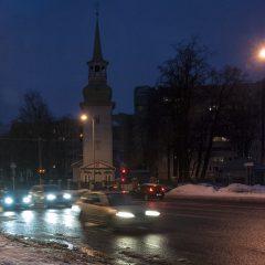 Bild: An einer Kreuzung in Sibulaküla. Kurz nach 06:00 Uhr kommt der Berufsverkehr in Tallin in Gang.
