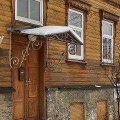 Bild: Und wieder eine der für Tallin typischen Haustüren mit Vordach. Im Tallinner Stadtteil Kalamaja.