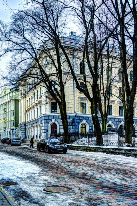 Bild: Das zu Sowjetzeiten wohl am meisten gefürchtete Gebäude in Tallinn - der Sitz des Geheimdienstes KGB. NIKON D700 mit AF-S NIKKOR 28-300 mm 1:3.5-5.6G ED VR. Klicken Sie auf das Bild um es zu vergrößern.
