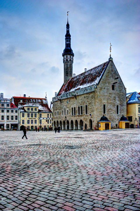 Bild: Das Rathaus von Tallinn ist das typische Postkartenmotiv. NIKOND700 mit AF-S NIKKOR 28-300 mm 1:3.5-5.6G ED VR. Klicken Sie auf das Bild um es zu vergrößern.