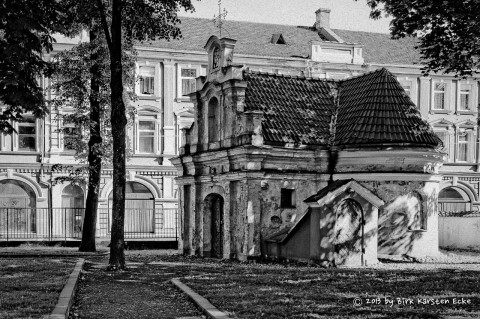 Bild: Kapelle an der Švč. M. Marijos Ėmimo į dangų bažnyčia in der Altstadt von Vilnius (Vilniaus senamiestis) - NIKON D700 mit CARL ZEISS Distagon T* 1.4/35 ZF.2.