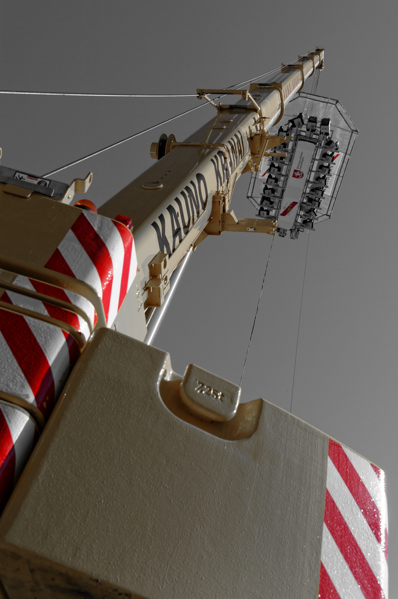 Dinieren hoch über Vilnius - Autokran am Rathausplatz. NIKON D700 mit AF-S NIKKOR 24-120 mm 1:4G ED VR.