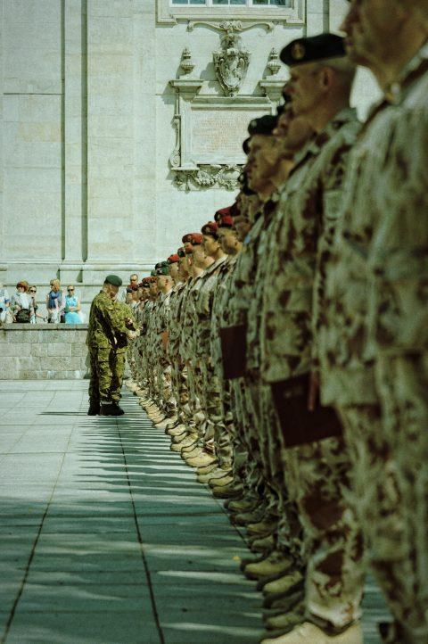 Bild: Ordensverleihung während des Appells der Litauischen Armee auf dem Kathedralenplatz in Vilnius am Vormittag des 30.05.2013. NIKON D700 und AF-S NIKKOR 24-120 mm 1:4G ED VR.