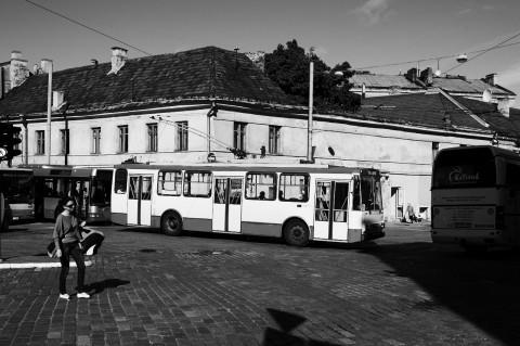 Bild: Während der Hauptverkehrszeit verstopfen unzählige Busse die Straßen der Neustadt von Vilnius. Andere öffentliche Transportmittel gibt es nicht. NIKON D700 mit CARL ZEISS Distagon T* 1.4/35 ZF.2.