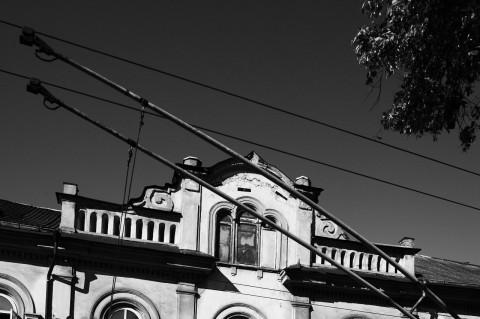 Bild: Ein Schnappschuss an der roten Ampel - Stromabnehmer eines Oberleitungsbusses in der Neustadt von Vilnius. NIKON D700 mit CARL ZEISS Distagon T* 1.4/35 ZF.2.