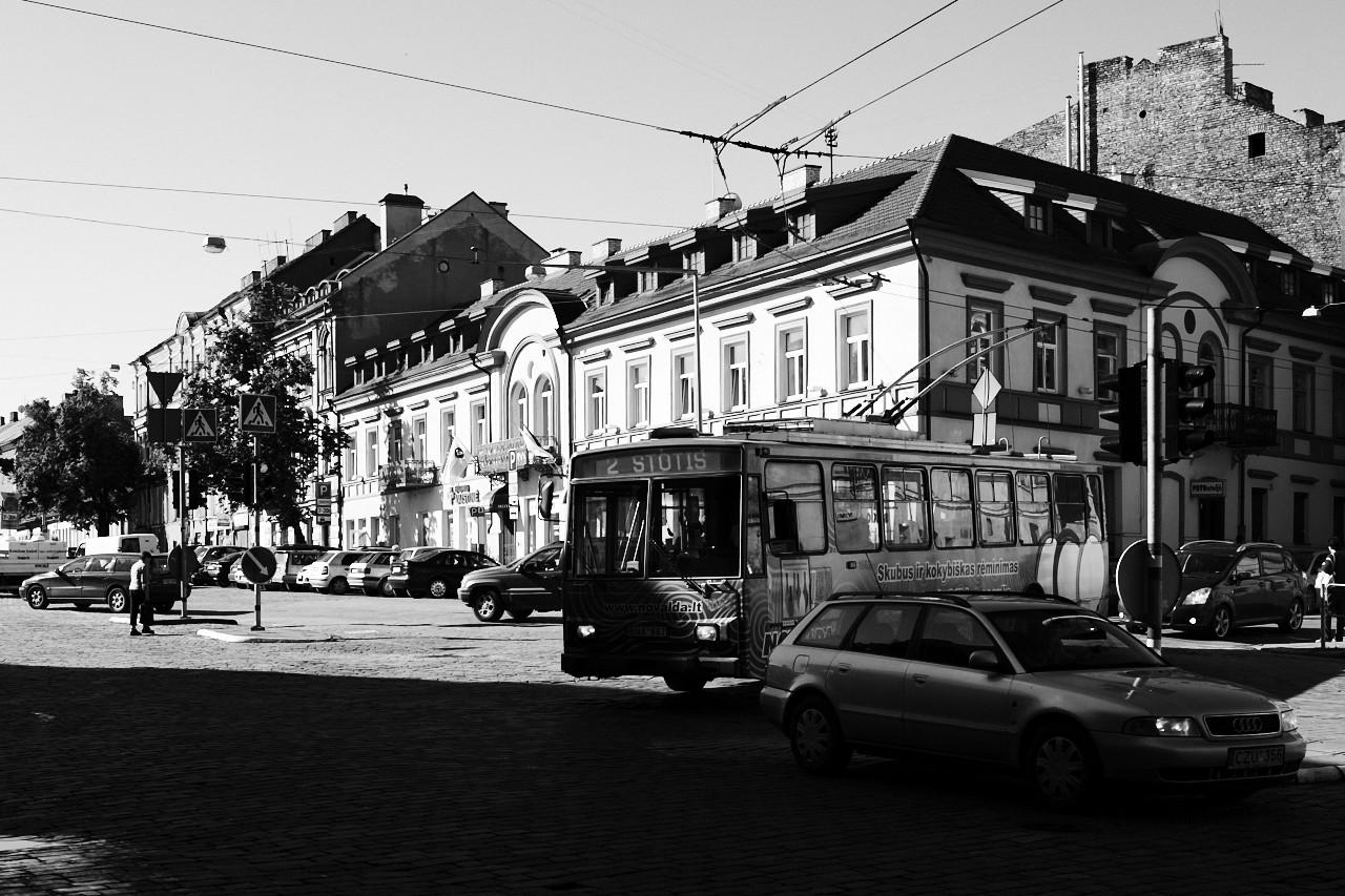 Bild: Dieser Oberleitungsbus ist wahrscheinlich schon zu Zeiten des Betonkopfes Leonid Breshnew durch Vilnius gefahren. NIKON D700 mit CARL ZEISS Distagon T* 1.4/35 ZF.2.
