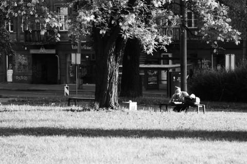 Bild: Frühstück im Park Petro Cvirkos aikštė in Vilnius: Westeuropäischer Exzentriker oder obdachloser Litauer - Das ist hier die Frage. NIKON D700 mit AF-S NIKKOR 24-120 mm 1:4G ED VR.