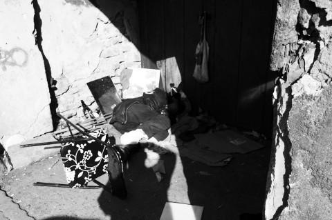 Bild: Dieser in einer Mauerniesche schlafende Obdachlose braucht dringend medizinische Hilfe. NIKON D700 mit AF-S NIKKOR 24-120 mm 1:4G ED VR.