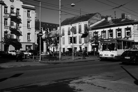 Bild:Ein kleiner Platz am oberen Ende der Pylimo gatvė. Das Osterei war vor Jahren wohl mal bunt angestrichen. Die Farbe ist aber längst ab - bezeichnend für die Gegend. NIKON D700 mit AF-S NIKKOR 24-120 mm 1:4G ED VR.