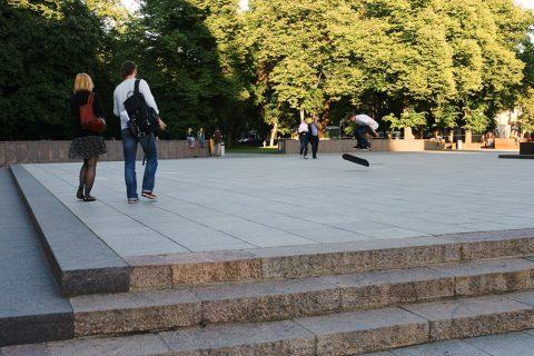 Bild: Skateboarder zur Blauen Stunde auf dem Kathedralenplatz in Vilnius. NIKON D700 und CARL ZEISS Distagon T* 1.4/35 ZF.2.