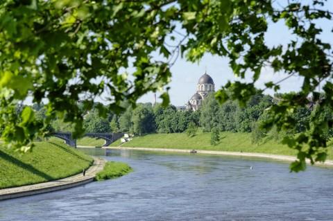 Bild: Blick von Šnipiškės auf die Kirche Mergeles Marijos Dievo Motinos. Die Kirche liegt im Stadtteil Žvėrynas von Vilnius. NIKON D700 und AF-S NIKKOR 24-120 mm 1:4G ED VR.