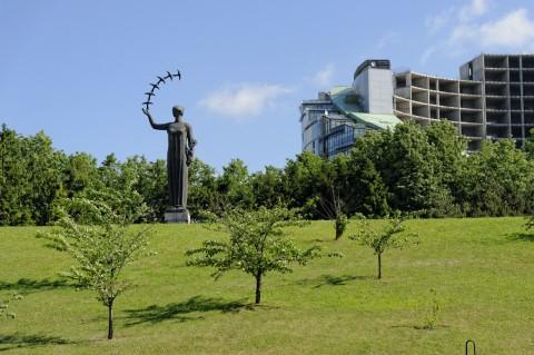 Bild: An der Nationalgalerie in Vilnius im Stadtteil Šnipiškės. NIKON D700 und AF-S NIKKOR 24-120 mm 1:4G ED VR.