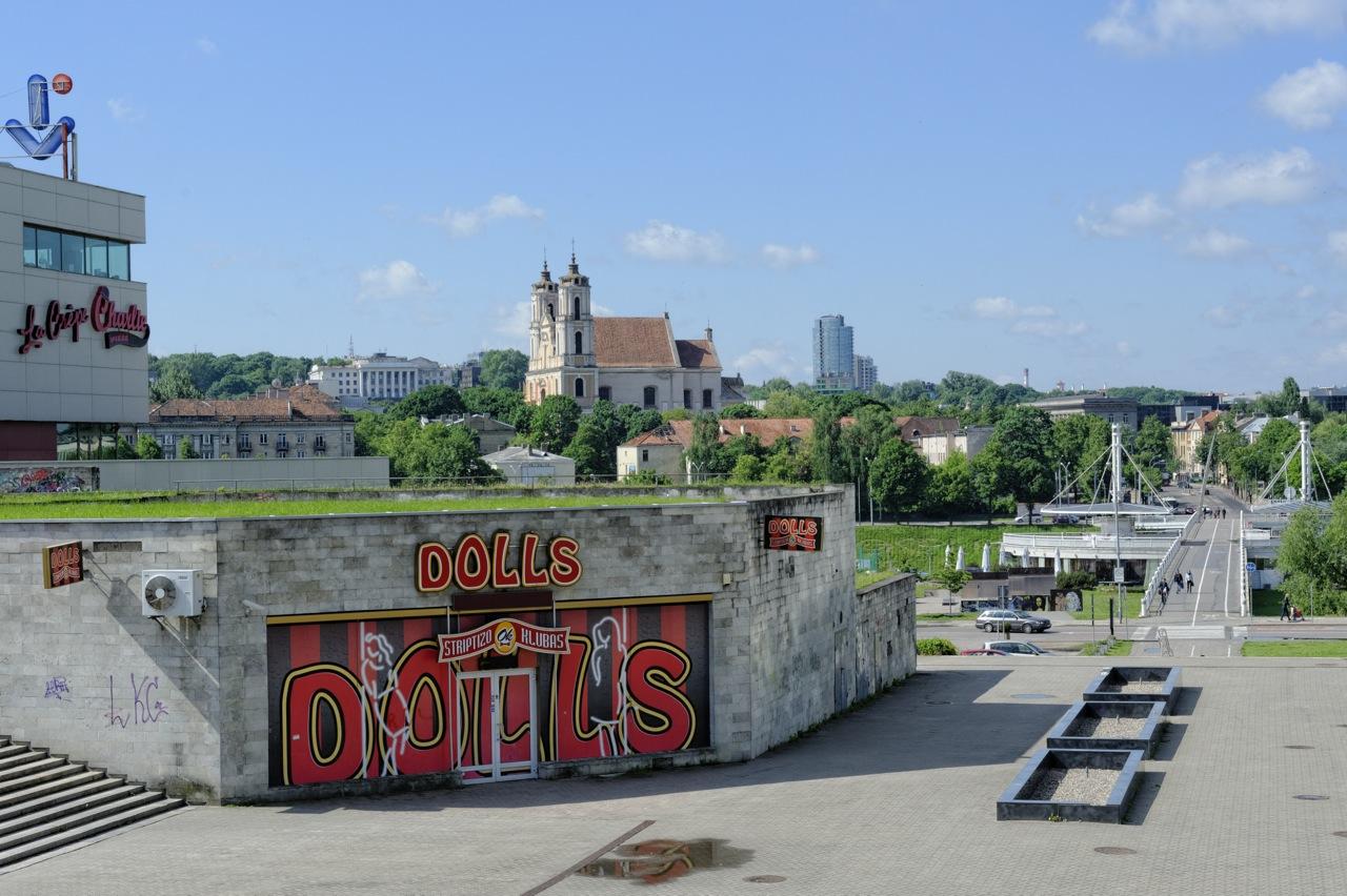 Bild: Kontraste - Striptease Bar und Barockkirche. Vilnius im Stadtteil Šnipiškės. NIKON D700 und AF-S NIKKOR 24-120 mm 1:4G ED VR.