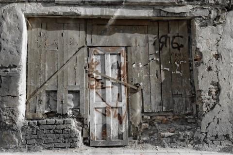 Bild: Ein Phänomen in Vilnius sind die zahlreichen versperrten Hauseingänge der verlassenen Häuser. NIKON D700 mit CARL ZEISS Distagon T* 1.4/35 ZF.2.