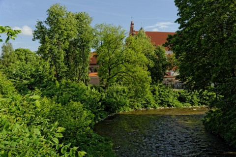 Bild: Blick auf die  Bernardinų bažnyčia - die Kirche St. Bernhardine - von der Vilnelė aus gesehen. NIKON D700 und AF-S NIKKOR 24-120 mm 1:4G ED VR.