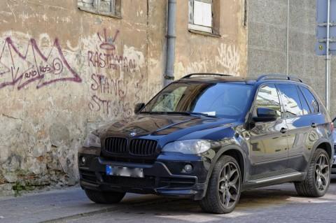 Vormittags unterwegs in Vilnius in der Odminių gatvė. Das ist typisch für Litauen - Nobler SUV vor baufälligem Haus. NIKON D700 und AF-S NIKKOR 24-120 mm 1:4G ED VR.
