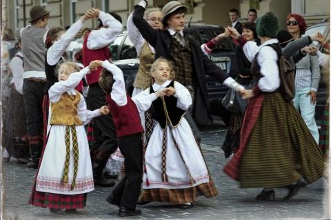 Bild: Die Litauer sind stolz auf ihre nationalen Traditionen und geben diese an ihre Kinder weiter. Trachtenumzug auf dem Skamba Skamba Kankliai in Vilnius mit NIKON D700 und AF-S NIKKOR 24-120 mm 1:4G ED VR.