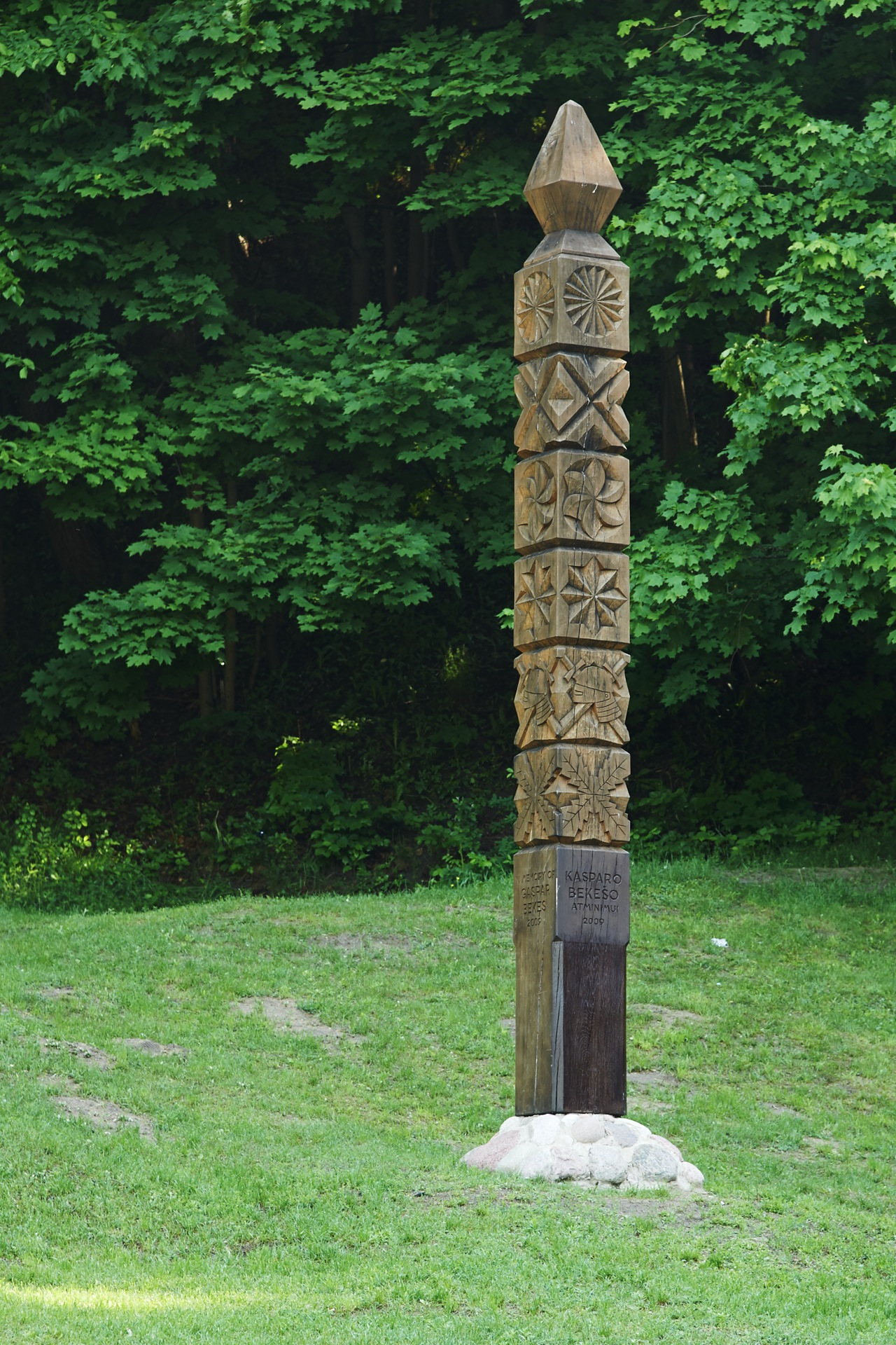 Bild: Säule zum Gedenken an Gáspár Bekes am Flüsschen Vilnelė in Vilnius mit D700 und AF-S NIKKOR 24-120 mm 1:4G ED VR.