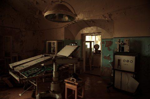 Bild: Operationssaal im ehemaligen Patarei Gefängnis in Tallinn. NIKON D700 mit AF-S NIKKOR 24-120 mm 1:4G ED VR.