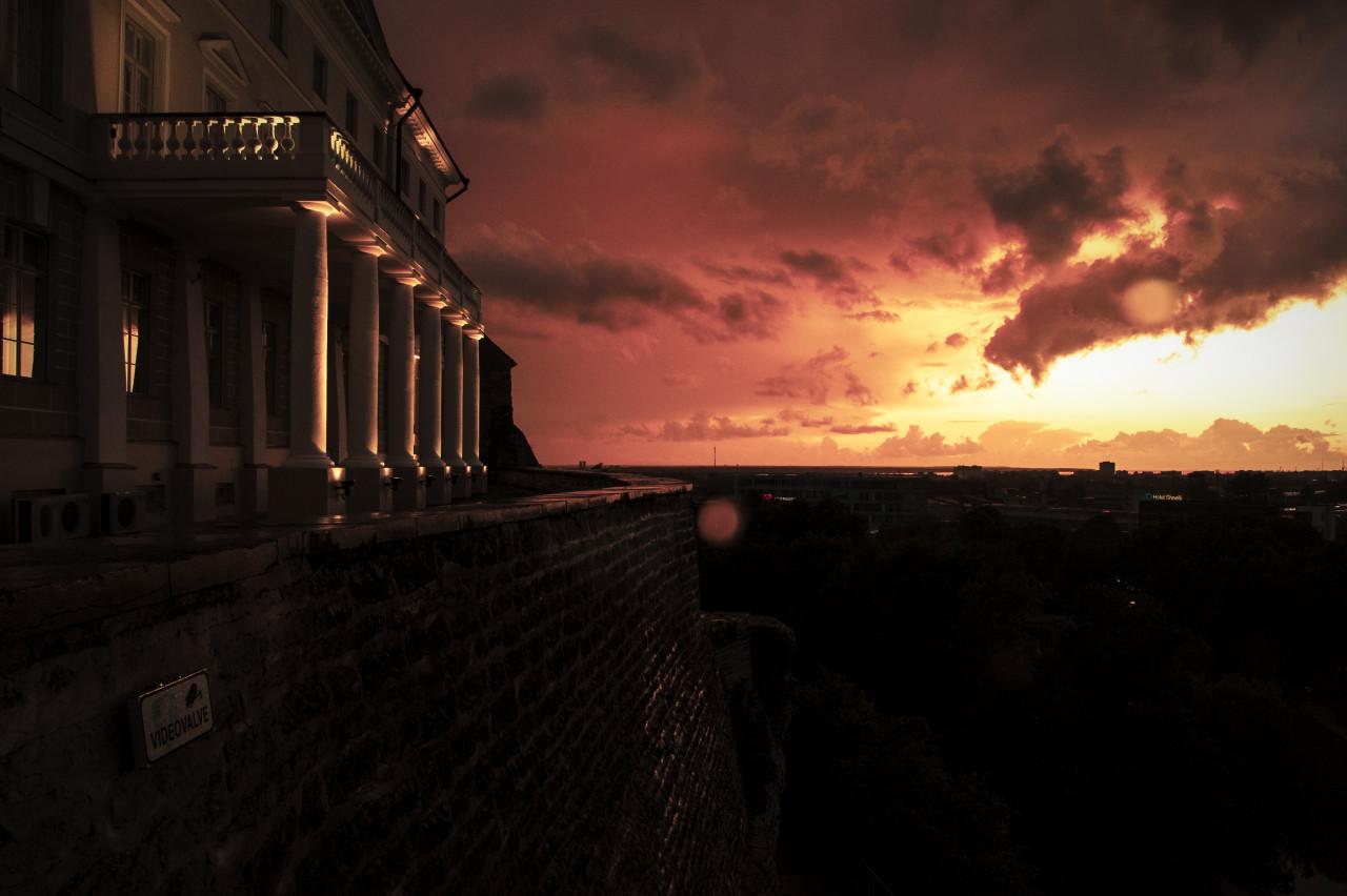 Bild: Sonnenuntergang am Stenbocki Maja, dem Stenbock Haus, auf dem Toompea in Tallinn. NIKON D700 mit AF-S NIKKOR 24-120 mm 1:4G ED VR. ISO 1250 ¦ f/16 ¦ 24 mm ¦ 1/25 s ¦ kein Blitz. Klicken Sie auf das Bild um es zu vergrößern.