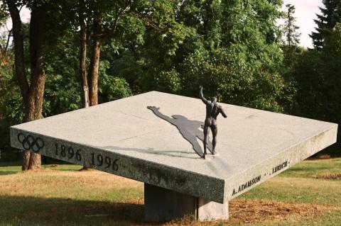 Bild: Unscheinbar gibt sich dieses Denkmal zu Ehren des Sportlers Georg Lurich an der Prita Tee. NIKON D700 und AF-S NIKKOR 24-120 mm 1:4G ED VR.