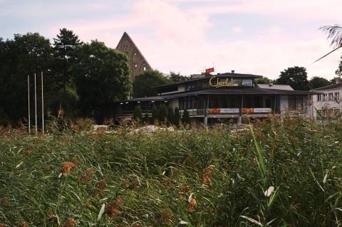Bild: Morgenstimmung an der Pirita Jögi. Im Hintergrund ist die Ruine des alten Brigitten-Klosters zu sehen. NIKON D700 und AF-S NIKKOR 24-120 mm 1:4G ED VR.