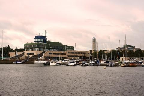 Bild: Morgenstimmung im Yachthafen von Pirita. Die Architektur des Yachthafens hat sich trotz der damaligen Zugehörigkeit Estlands zur Sowjetunion an westlichen Vorbildern orientiert. NIKON D700 und AF-S NIKKOR 24-120 mm 1:4G ED VR.