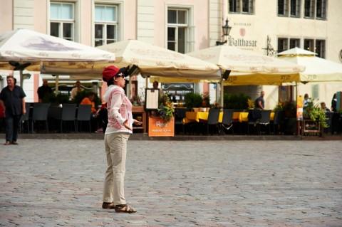 """Bild: Der Beatles Song """"Yesterday"""" von einer asiatischen Touristin eigenwillig intoniert auf dem Rathausplatz von Tallinn."""