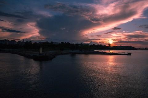 Bild: Tallinn - Sonnenuntergang über dem alten Patarei Gefängnis. NIKON D700 und CARL ZEISS Distagon T* 2/25 ZF.2.