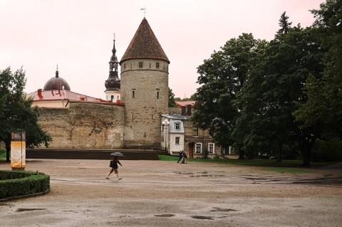 Bild: Tallinn - Am Platz der Tore begeben sich die Menschen bei diesem Wetter eilig zur Arbeit. NIKON D700 und AF-S NIKKOR 24-120 mm 1:4G ED VR.