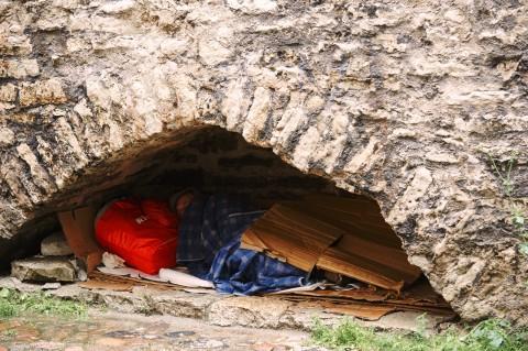 Bild: Tallinn - Dieser Obdachlose schläft jede Nacht in dieser Niesche in der Stadtmauer in der Laboratooriumi. NIKON D700 und AF-S NIKKOR 24-120 mm 1:4G ED VR.