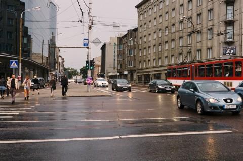 Fototour: Unterwegs an einem regnerischen Sommerabend in der Altstadt von Tallinn. Berufsverkehr am Vabaduse Väljak, dem Freiheitsplatz. NIKON D700 und AF-S NIKKOR 24-120 mm 1:4G ED VR.