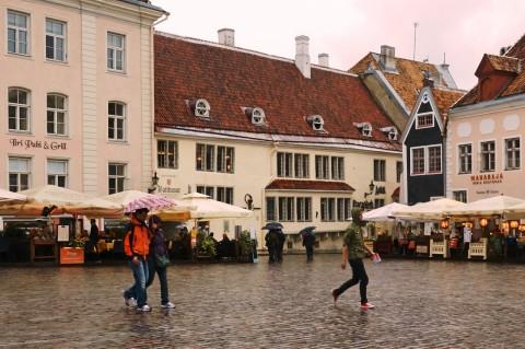 Fototour: Unterwegs an einem regnerischen Sommerabend in der Altstadt von Tallinn. Auf dem Raekoja Platz, dem Rathausplatz. NIKON D700 und AF-S NIKKOR 24-120 mm 1:4G ED VR.