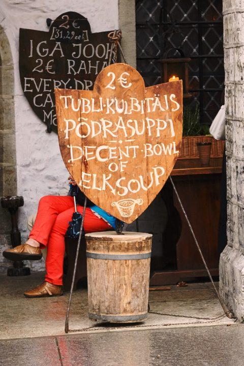 Fototour: Unterwegs an einem regnerischen Sommerabend in der Altstadt von Tallinn. Am Rathaus gibt es die obligatorische Tasse Elchsuppe. NIKON D700 und AF-S NIKKOR 24-120 mm 1:4G ED VR.