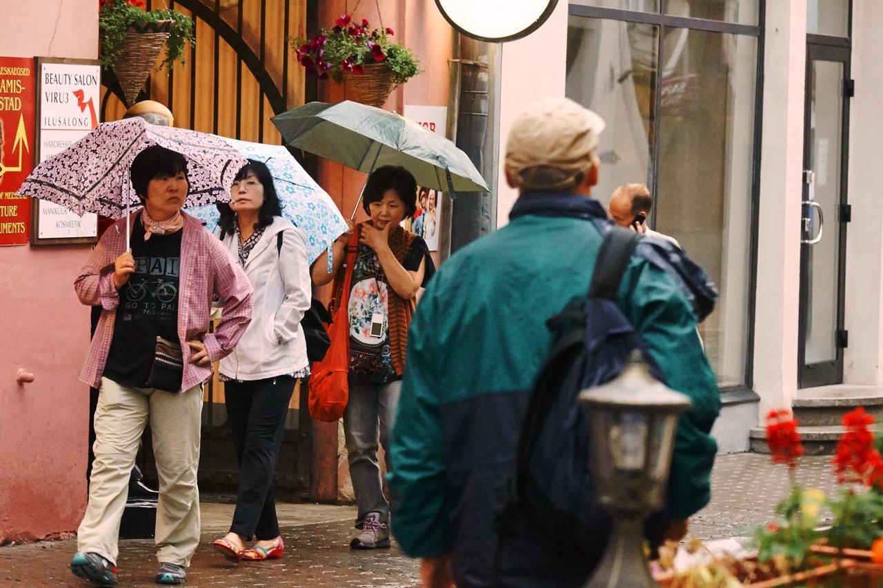 Fototour: Unterwegs an einem regnerischen Sommerabend in der Altstadt von Tallinn. Asiatische Touristinnen in der Vana Viru. NIKON D700 und AF-S NIKKOR 24-120 mm 1:4G ED VR.