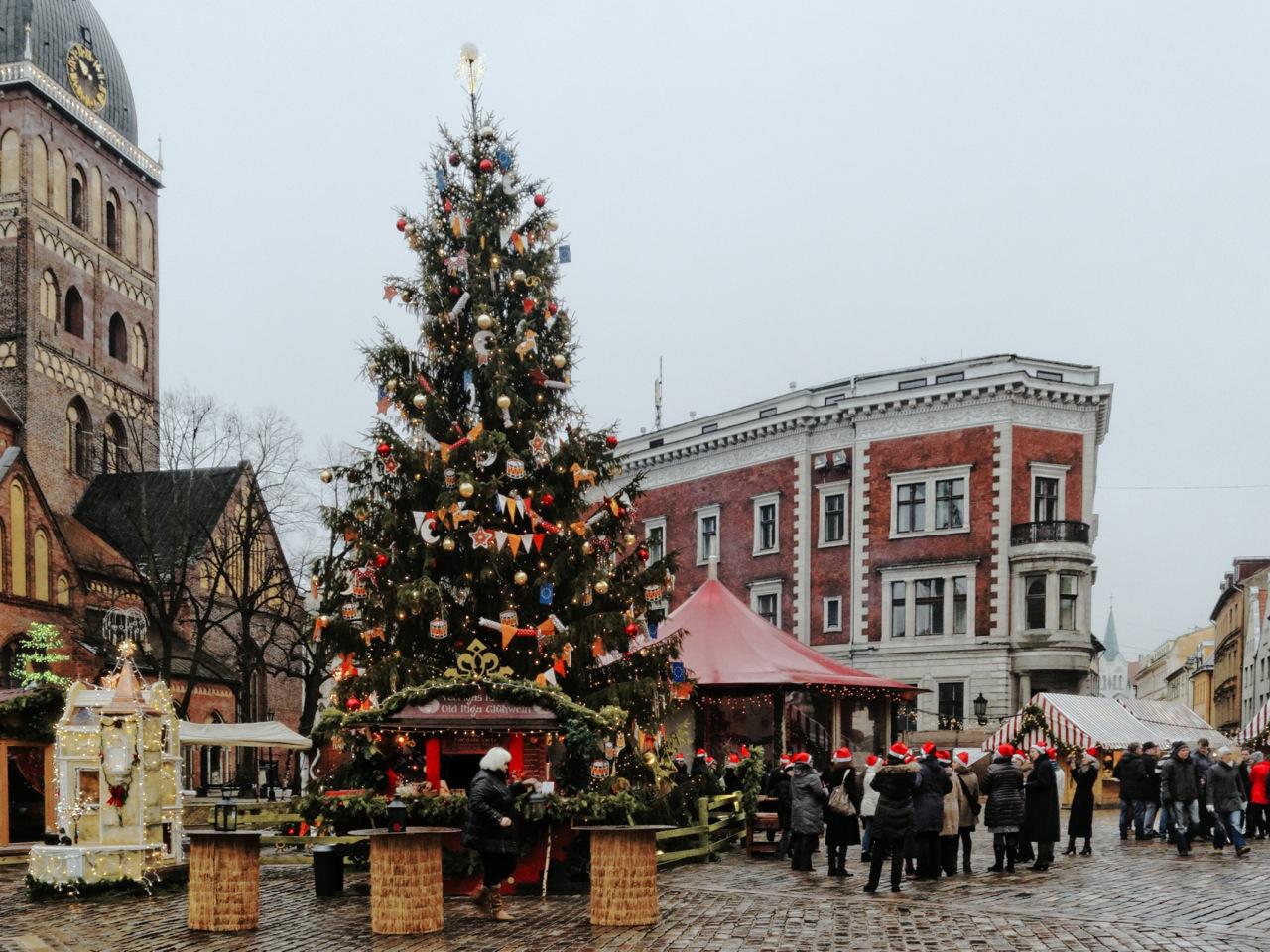 Bild: Der Weihnachtsbaum auf dem Weihnachtsmarkt am Dom Zu Riga. OLYMPUS OM-D E-M5 mit M.Zuiko Digital 12-50 mm 1:3.5-6.3 EZ. ISO 800 ¦ f/9 ¦ 12 mm ¦ 1/25 s ¦ kein Blitz. Klicken Sie auf das Bild um es zu vergrößern.