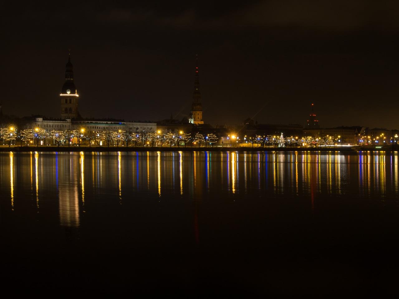 Bild: Panoramaaufnahme von Riga kurz vor Weihnachten 2013 bei Nacht von der Terrasse des SWEDBANK HOCHAUSES aus gesehen.